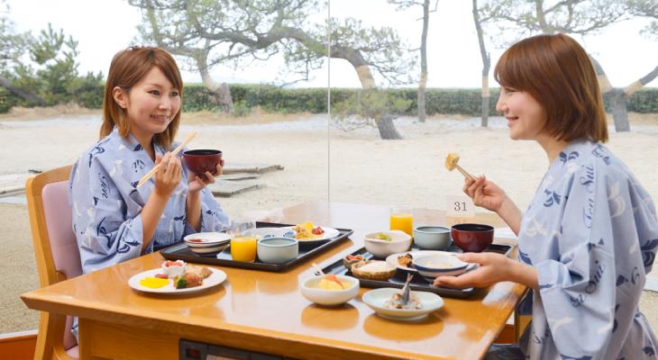 日本海を眺めながらの朝食